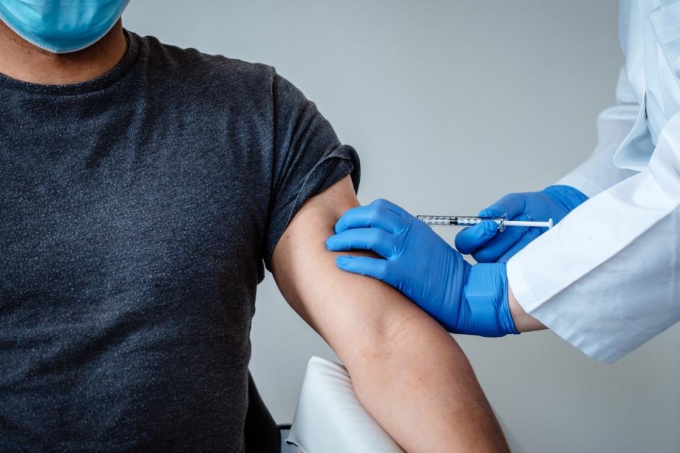 """В """"Пирогов"""" започва третата фаза от имунизирането срещу COVID-19, с ваксината на AstraZeneca, които пристигнаха снощи. Сред ваксинираните ще бъдат и членове..."""