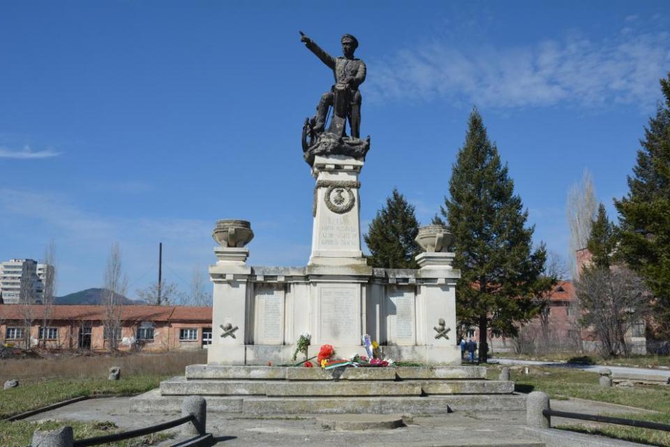 Започват дейностите по възстановяване на фигуралната композиция на паметника на Шести артилерийски полк, съобщи на брифинг днес заместник-кметът Пепа Чиликова....