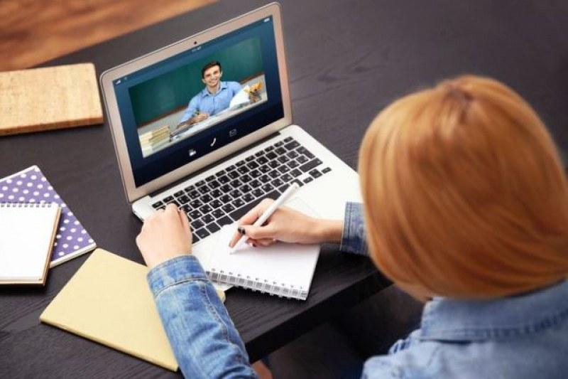 От днес учителите вече ще пишат оценки на учениците си за материала, който са им преподавали онлайн. До сега учениците бяха спокойни, но от днес вече...