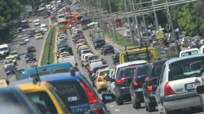 Със специална организация на движението ще се регулира трафикът към големите градове и от граничните пунктове към вътрешността на страната. Пътна полиция...