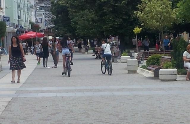 Екипи на Общинска охрана и полицията в Сливен извършват масови проверки и предупреждения към нарушителите, движещи се по Главната улица с велосипеди, тротинетки,...