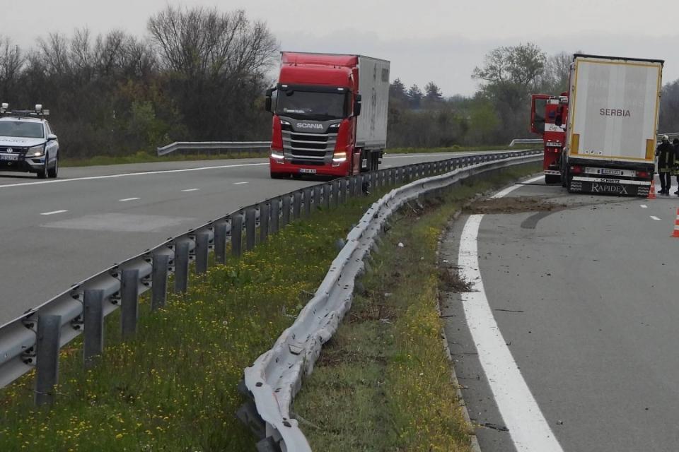 """Заспал по време на движение шофьор на ТИР изкриви над 80 метра мантинели с камиона си на магистрала """"Марица"""", предаде""""Булфото"""". Инцидентът стана тази..."""