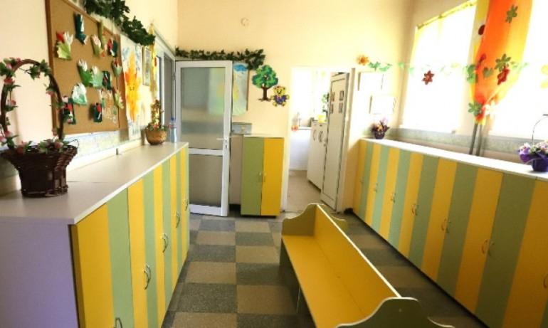 От 28 септември затварят детската градина в село Тенево заради заразен с коронавирус персонал. С положителни проби са учителка, медицинска сестра и двама...