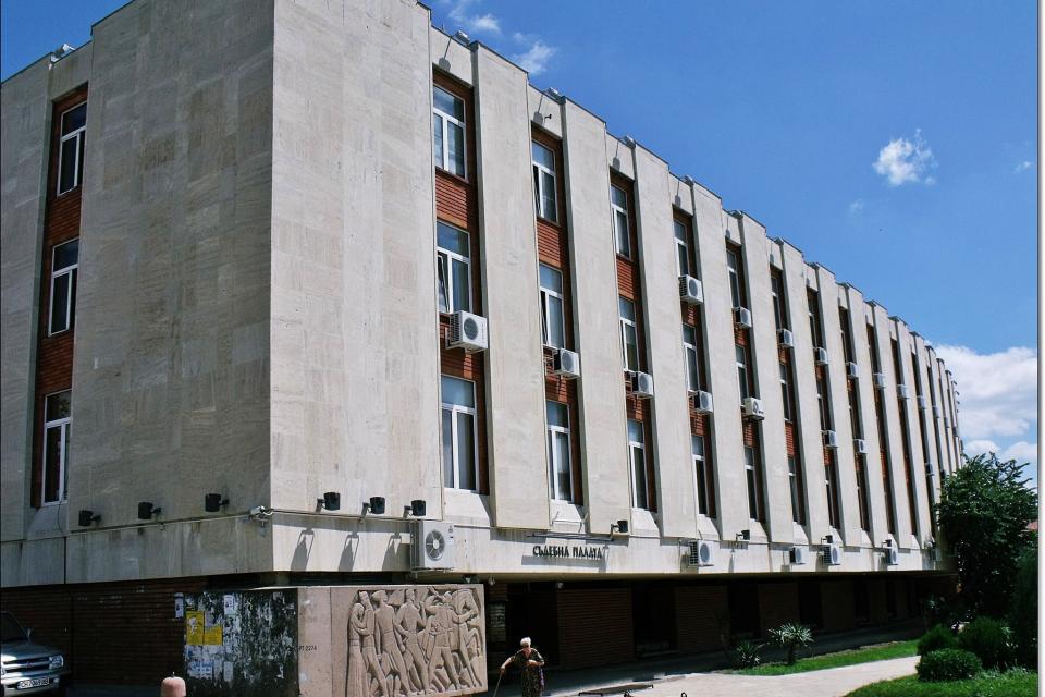 Съдебната палата в Сливен е затворена за 24 часа заради заразен с коронавирус служител. С положителен тест за ковид е съдия от Районния съд. Тя е настанена...