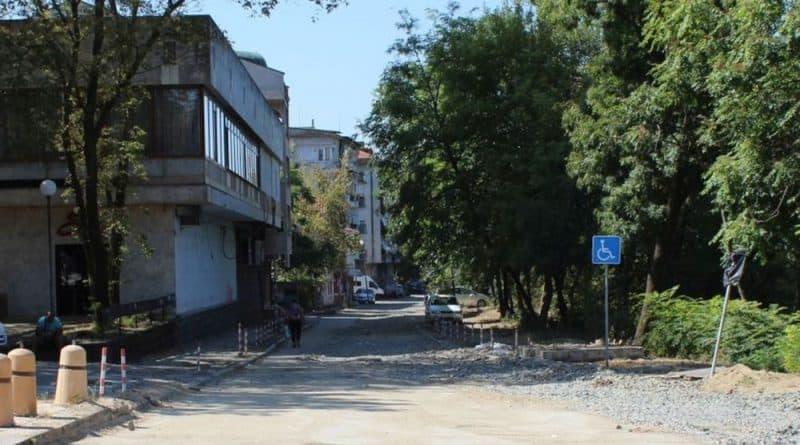 """Движението по част от улица """"Константин Иречек"""" край реката в Ямбол е затворено от вчера, заради ремонт на водопровод по трасето на канализационния колектор...."""
