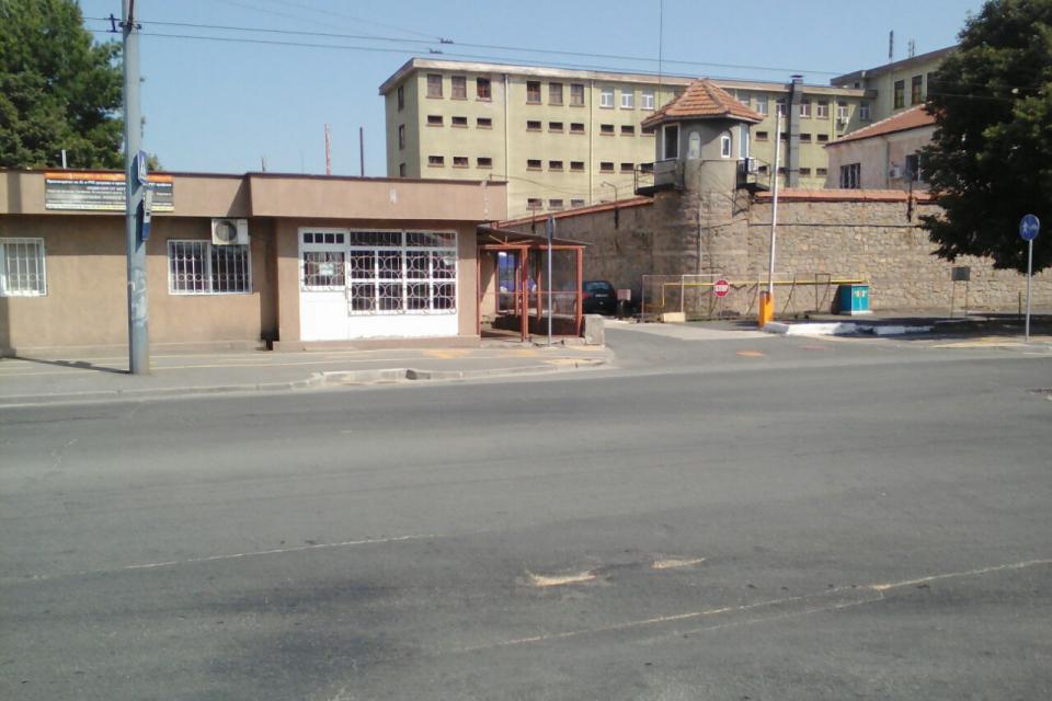 Четиригодишна ефективна присъда наложи ямболският Окръжен съд за 25-годишен жител на стралджанското село Недялскоза грабеж над своя възрастна съселянка....