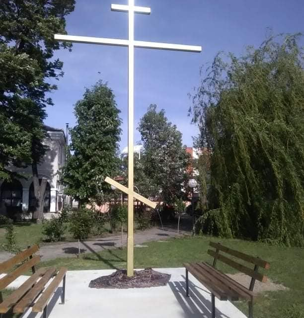"""Завърши облагородяването на пространството около наскоро издигнатия шестметров железен кръст пред църквата """"Св. Георги"""" в Ямбол, предаде БТА.Християнският..."""