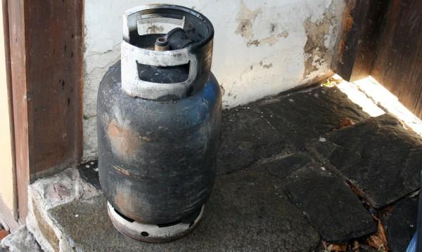 """Взрив на газова бутилка е причинил пожар в къща в село Чинтулово в събота, научи 999 от Главна дирекция """"Пожарна безопасност и защита на населението""""...."""