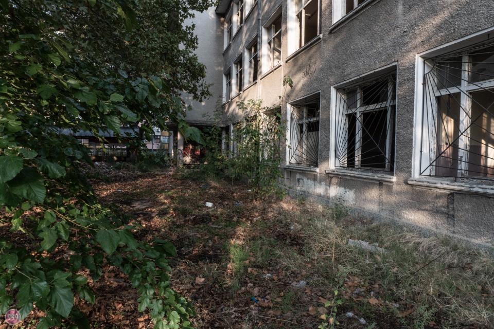 """Жителите в к-с """"Златен рог""""-2 в Ямбол пропищяха, заради системни нападения от съмнителни лица в района на изоставената сграда на бившия техникум по автотранспорт..."""
