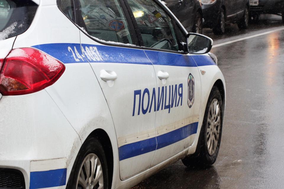Зрелищна полицейска операция беше проведена снощи във Велико Търново. Задържани сатрима мъже докато продавали незаконно огнестрелно оръжие.