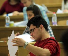 Зрелостниците с най-високи резултати на матурите с право на допълнителна стипендия