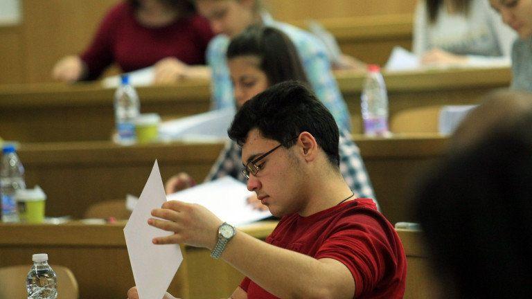 Зрелостниците с най-високи резултати от изпитите ще могат да получат допълнителна стипендия от 100 лева месечно, ако продължат образованието си в университет...