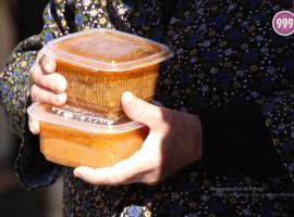Социални работници разнасят храна и лекарства на възрастните по домовете им